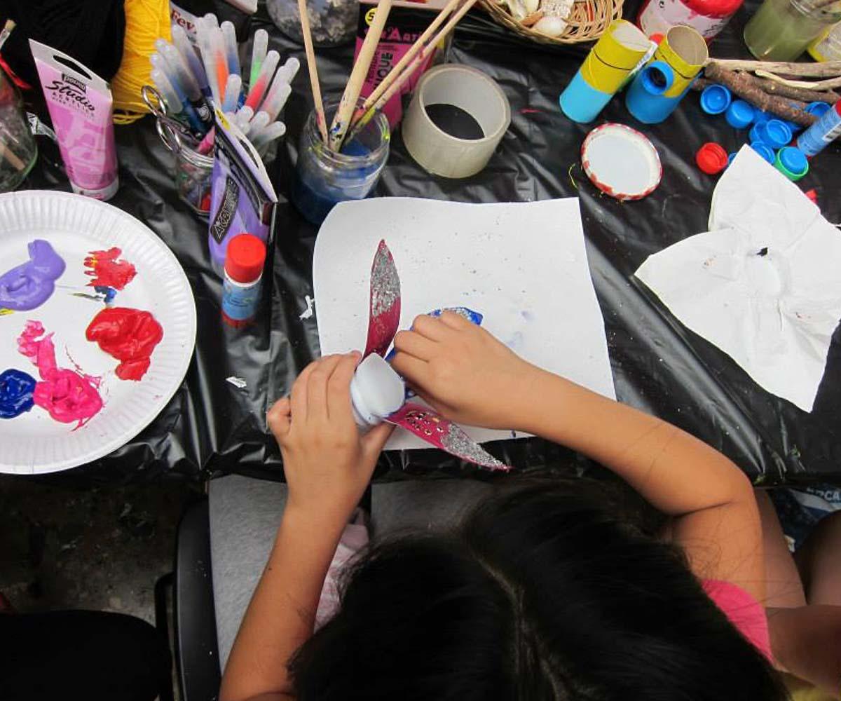 Une petite fille vue d'en haut en plein atelier créatif