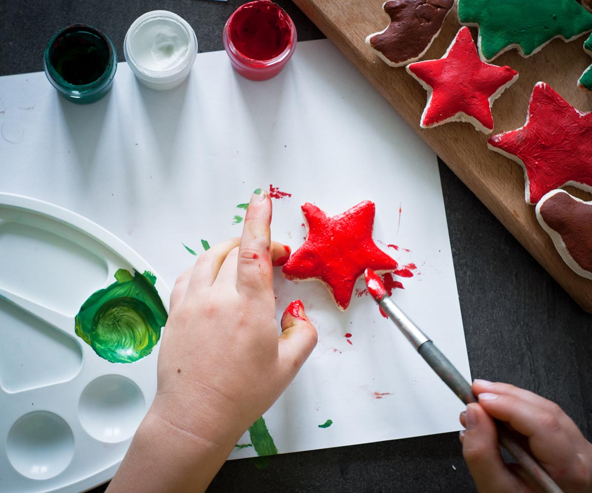 Création d'étoiles en pâte à sel recouverte de peinture