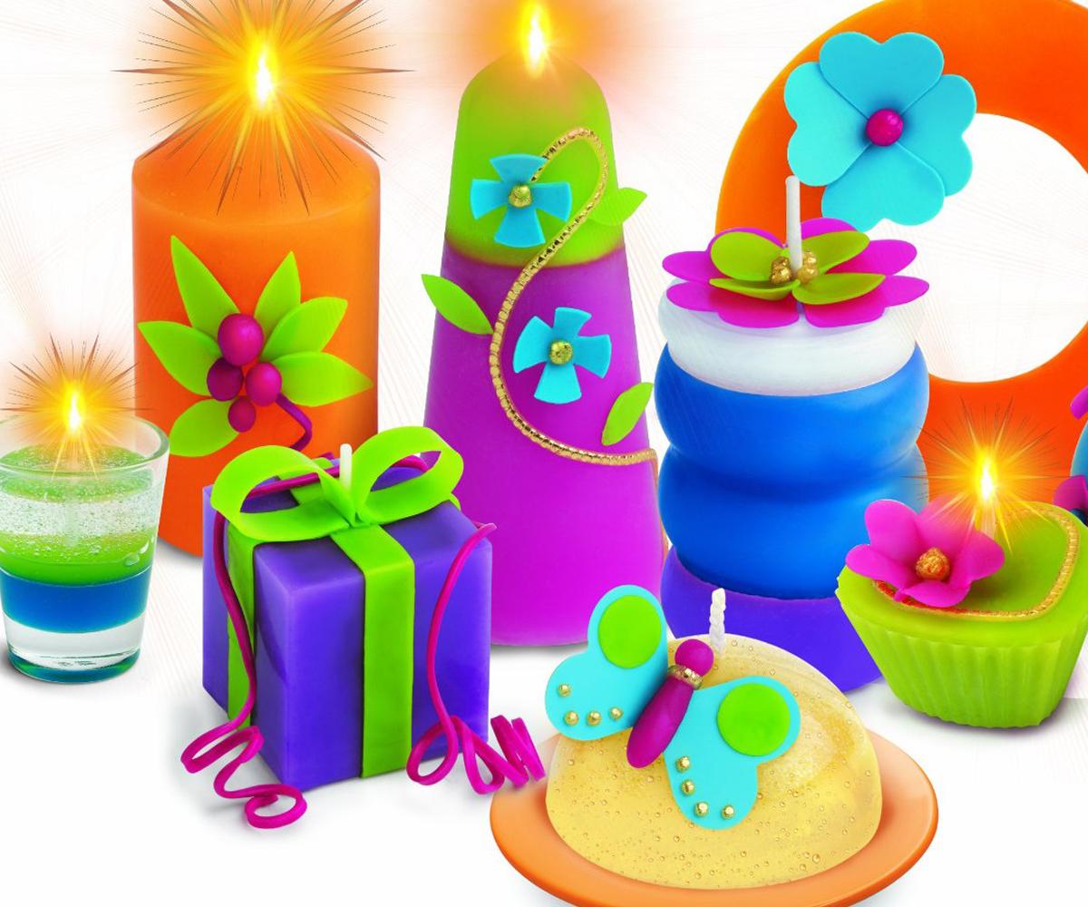 De belles bougies de toutes les couleurs et de toutes les formes