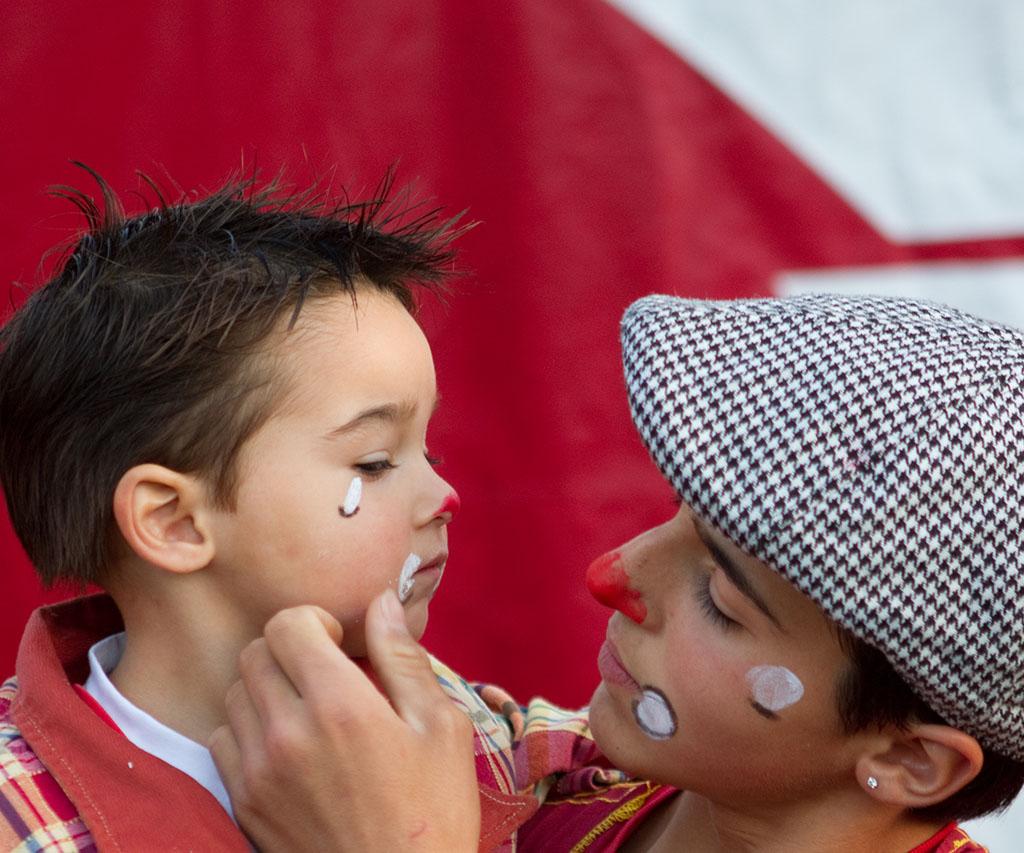 Un enfant se fait maquiller en clown