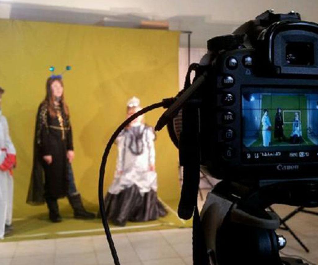 3 personnages costumés devant la caméra
