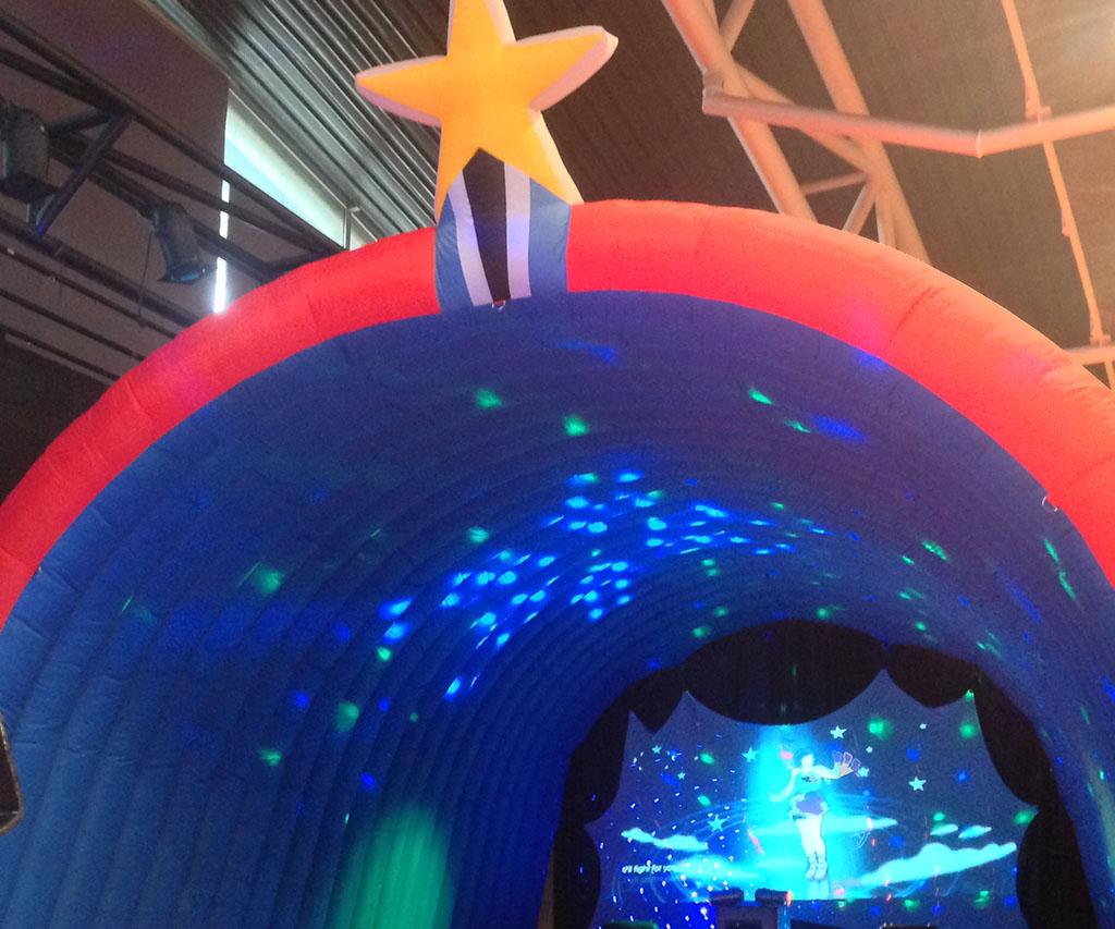 L'espace structure gonflable avec de la lumière projetée