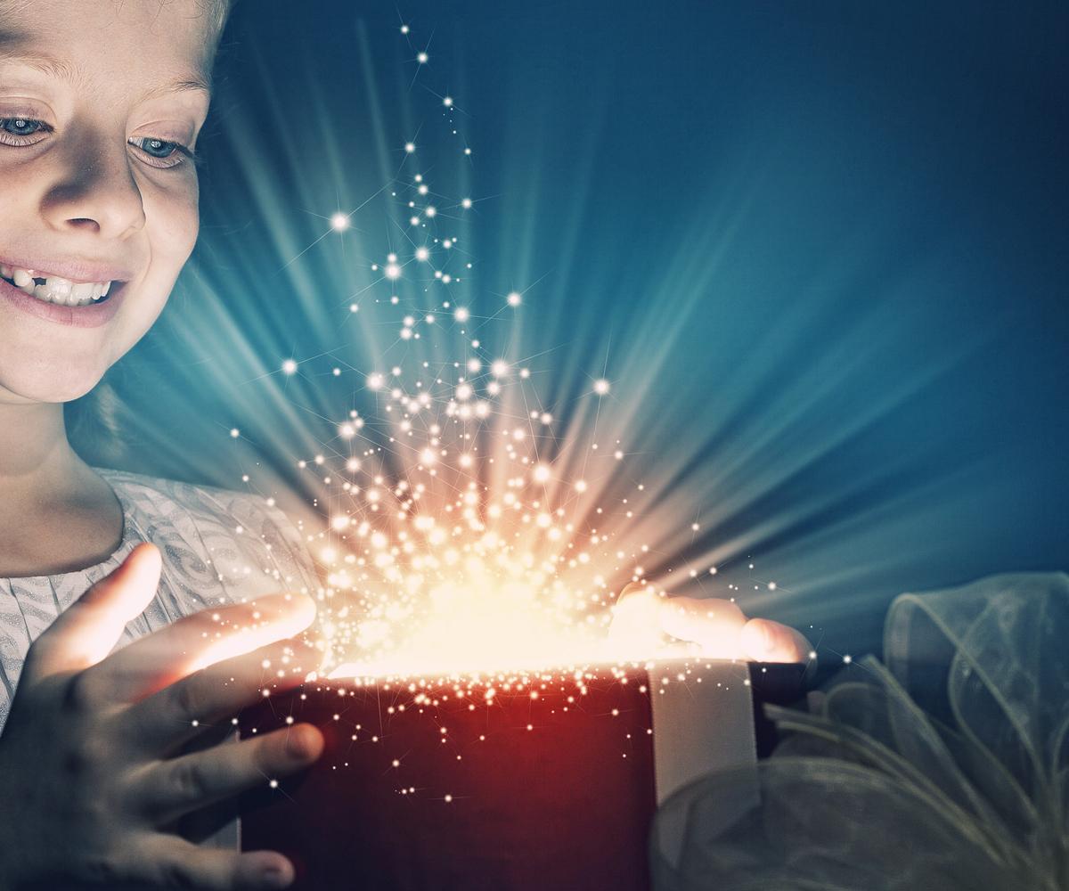 Jeune fille au chapeau illuminé par une explosion de lumière vive