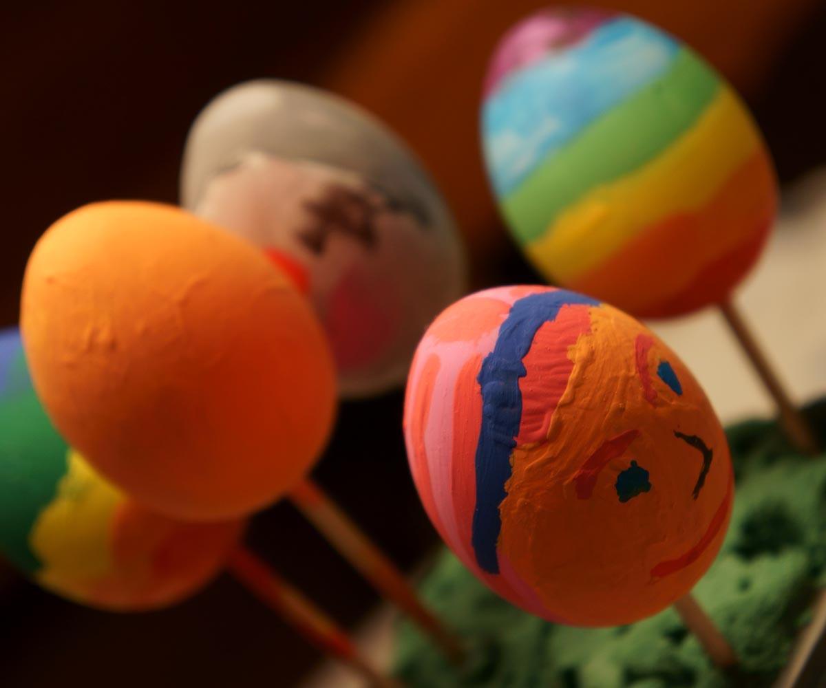 des œufs décorés piqués sur un bâtonnet