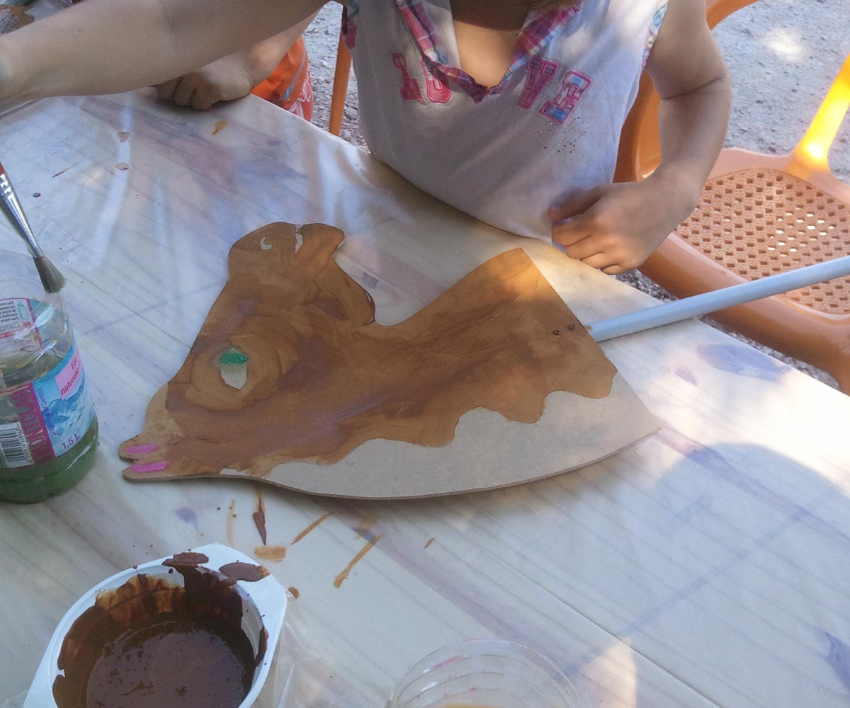 En pleine action de peinture de tête de cheval