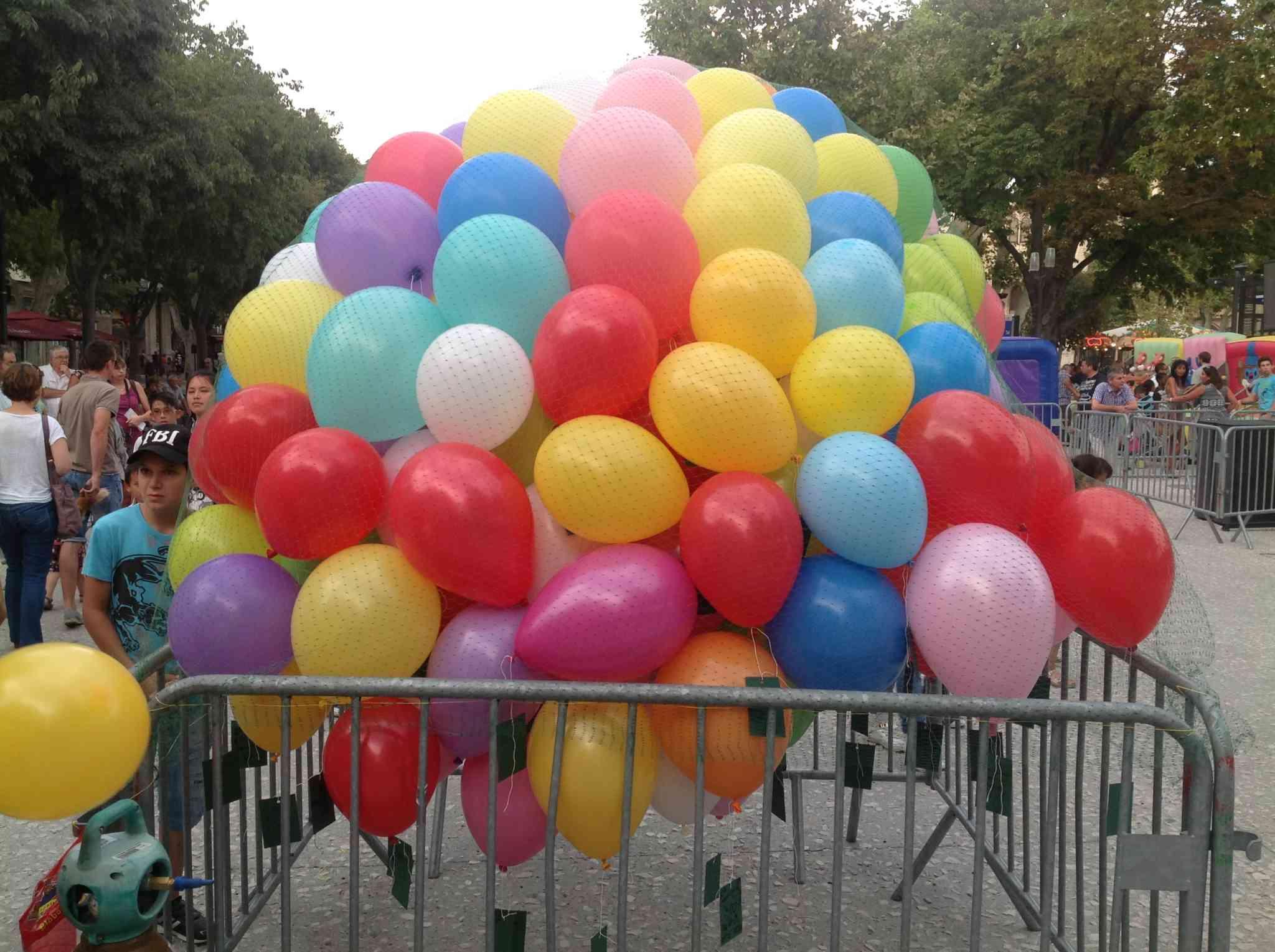 des ballons emprisonnés sous un filet en attendant d'être lâchés