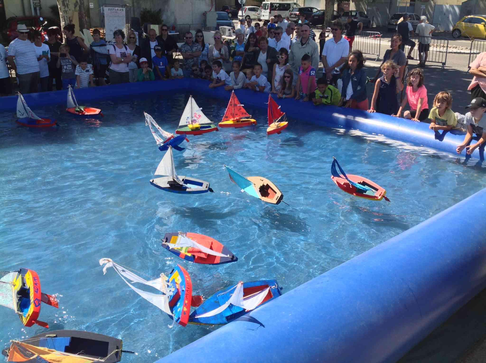 une piscine et des bateaux radiocommandés