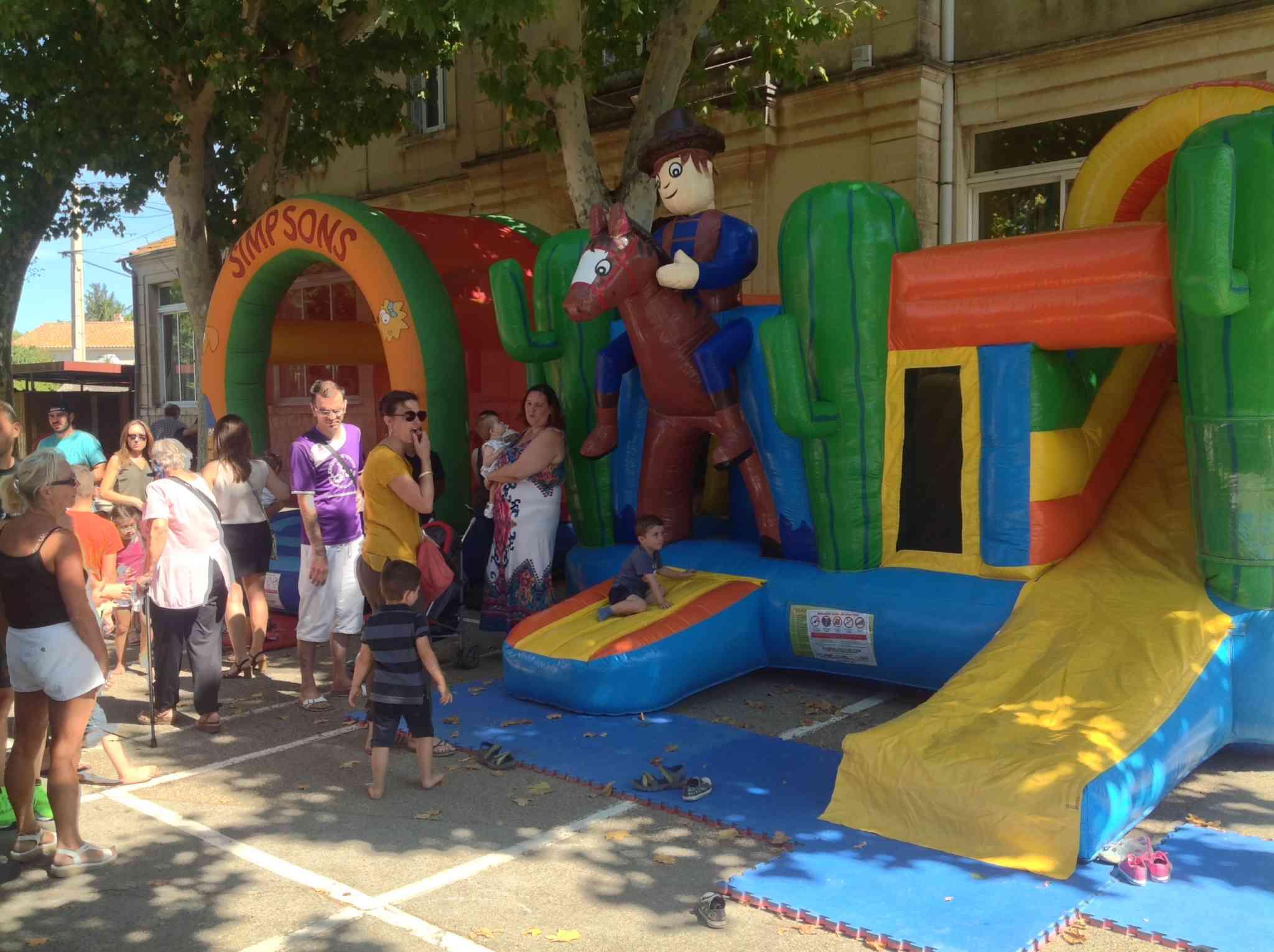 un espace avec des gonflables pour les enfants