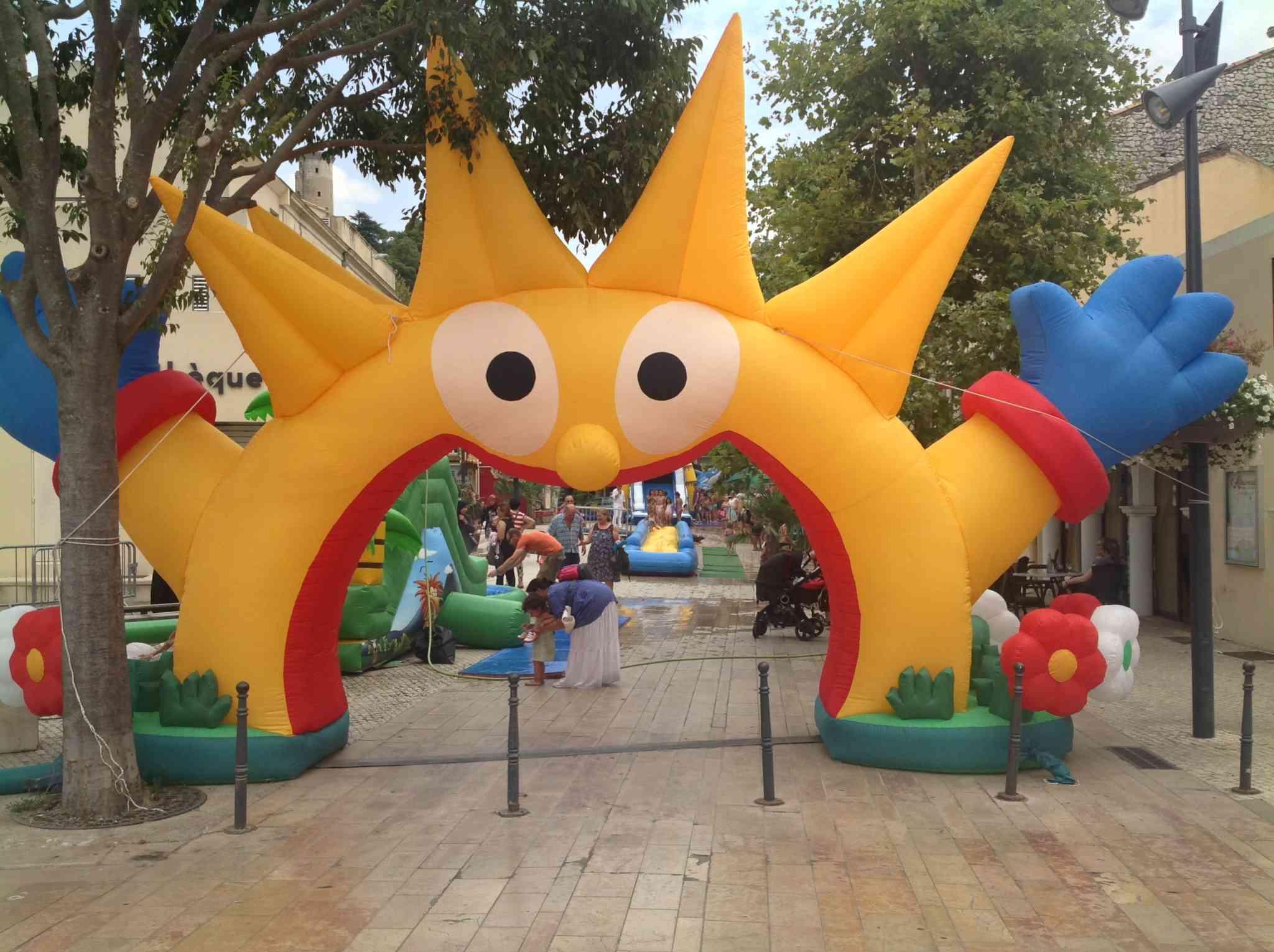 une entrée gonflable en forme de soleil