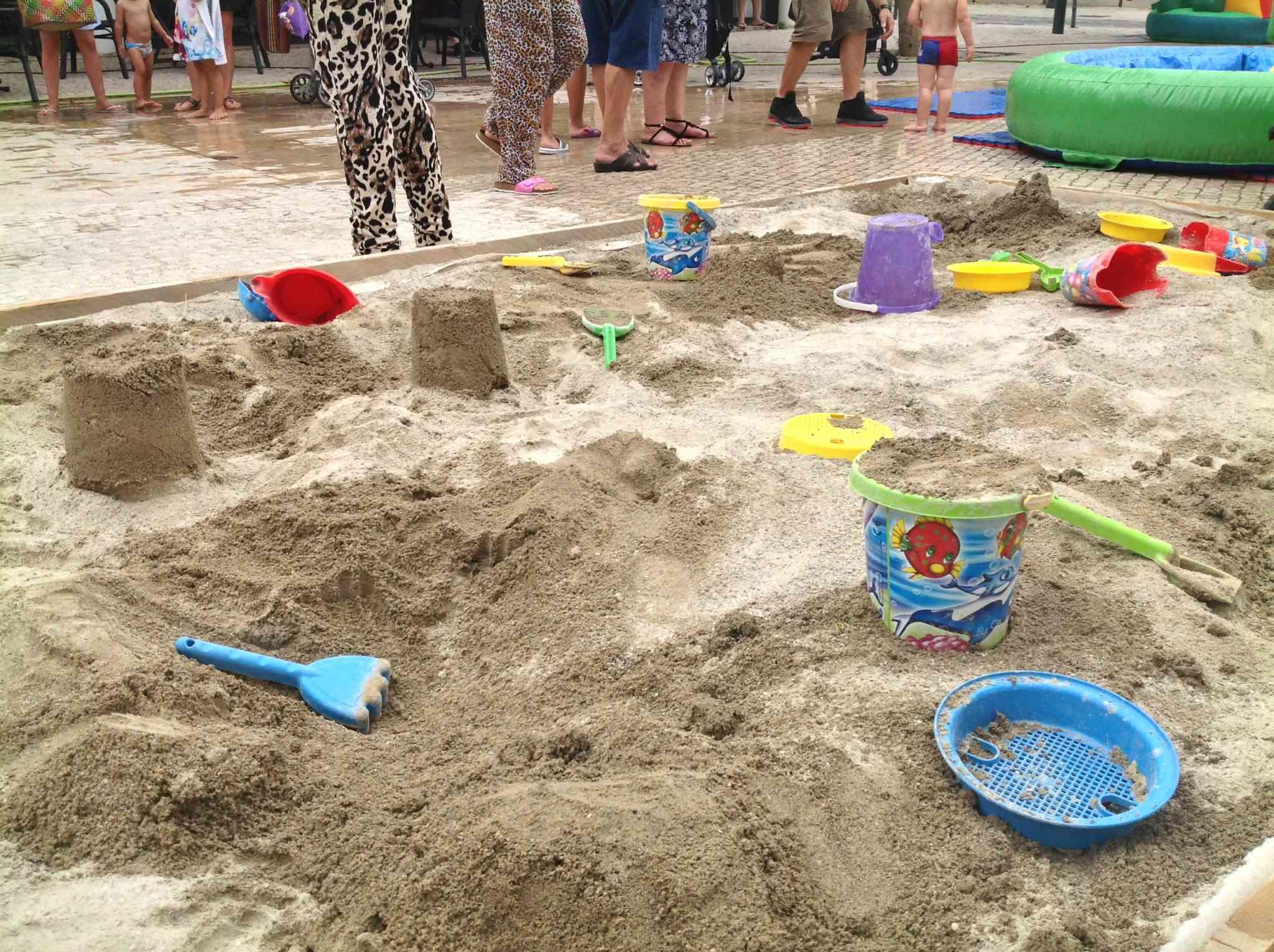 un espace bac à sable conçu pour les enfants