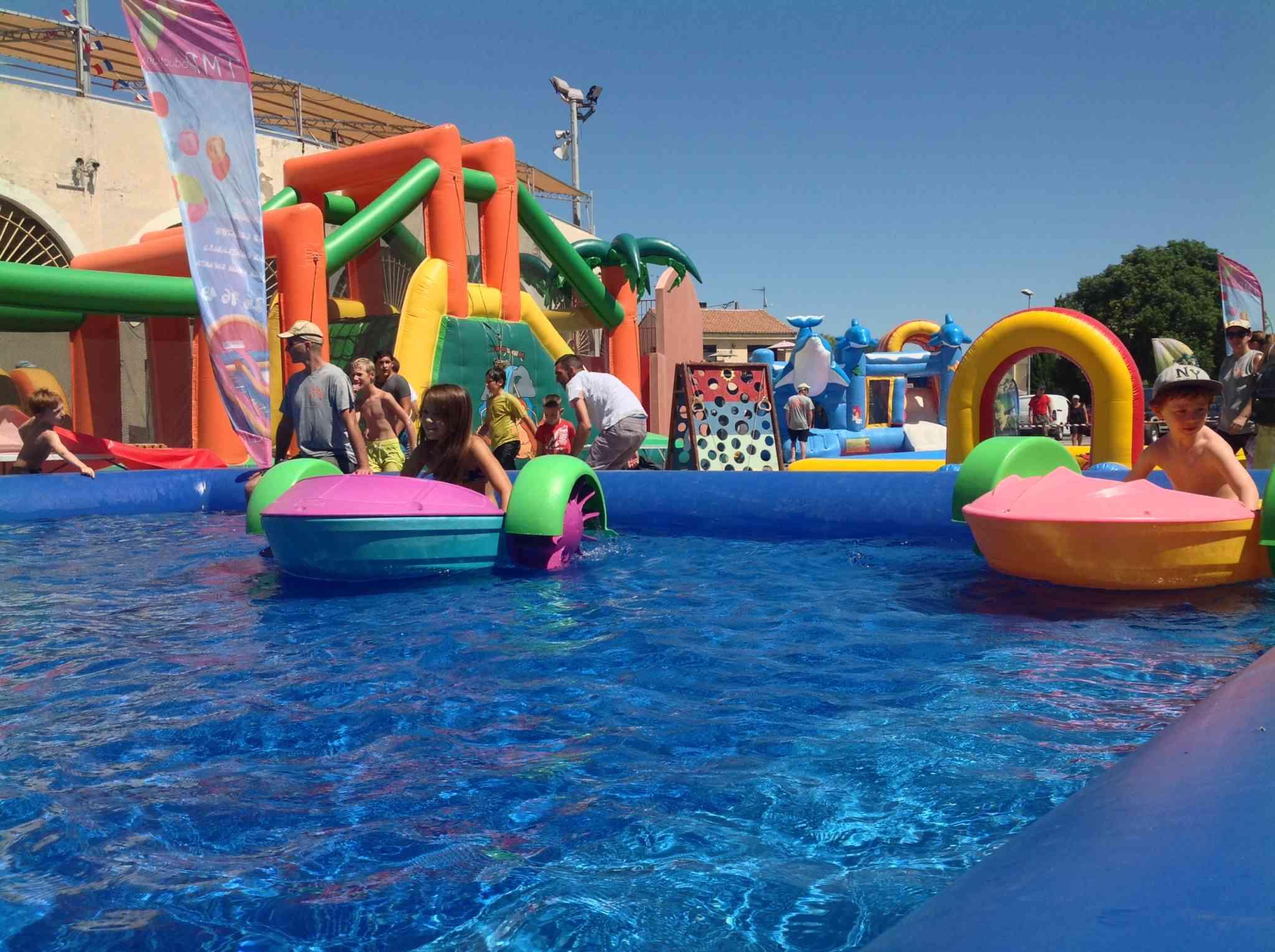 La piscine avec les pédalos pour enfants