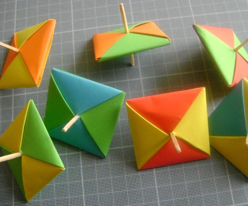 Des toupies faites de papiers et de bâtonnets en bois